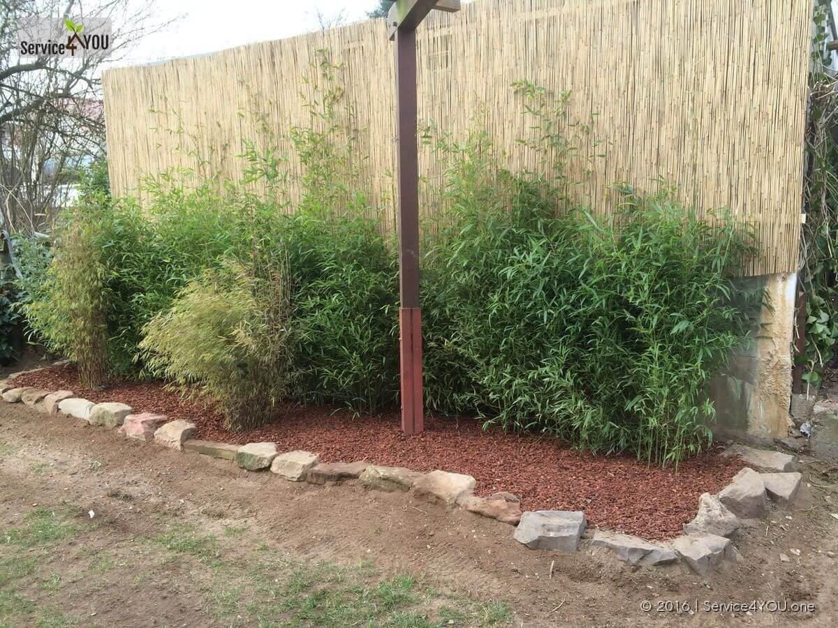 Sichtschutz mit Bambus Steineinfassung und Pinienrinde